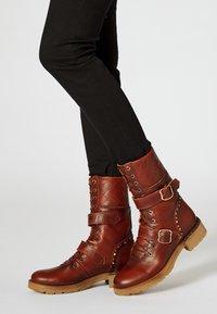 myMo - Kowbojki i obuwie motocyklowe - cognac - 0
