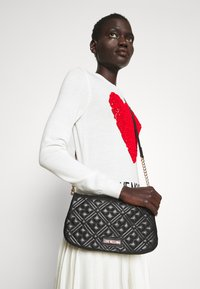 Love Moschino - QUILTED CHAIN LOGO FLAP - Across body bag - nero - 0