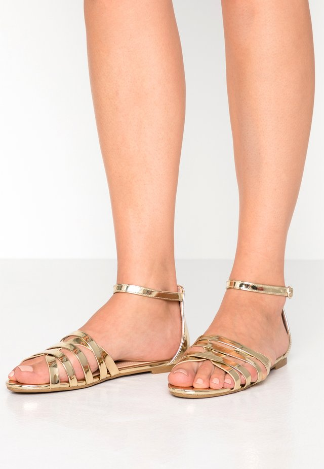 WIDE FIT - Sandalen - gold
