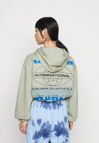 Topshop Petite - INTERNATIONAL SLOGAN HOODIE - Sweatshirt - stone - 2