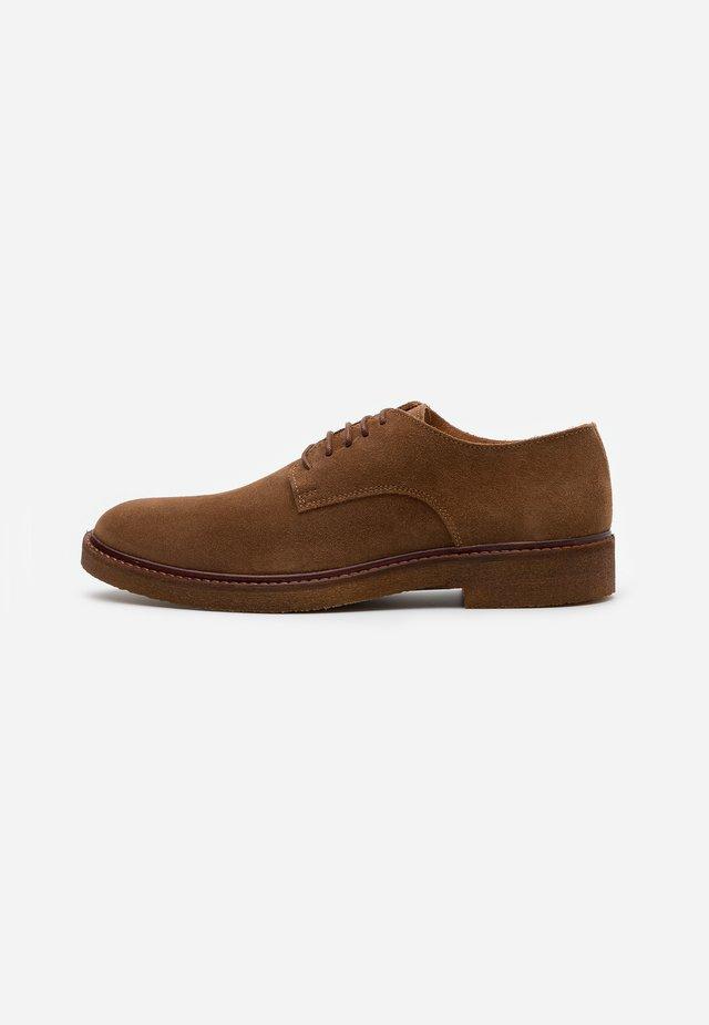 SLHLUKE DERBY SHOE - Zapatos con cordones - cognac