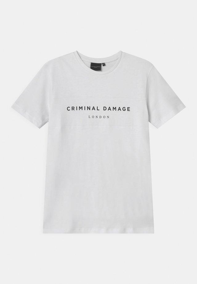 MARCUS - T-shirt med print - white