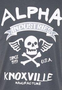 Alpha Industries - SKULL - Print T-shirt - greyblack - 2