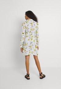 Pieces - PCLILLIAN DRESS - Košilové šaty - plein air - 2