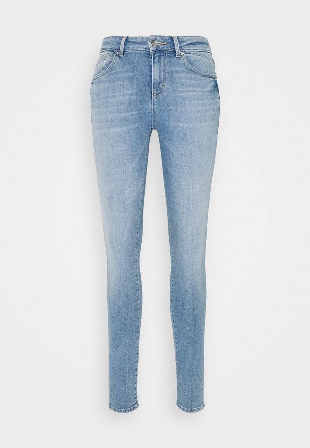 Zúžené džíny - blue light wash