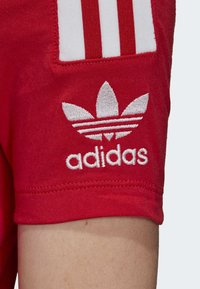 adidas Originals - TIGHT T-SHIRT - Camiseta estampada - red - 6