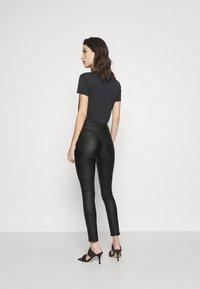 Vila - VICOMMIT COATED ZIP PANTS - Jeans Skinny Fit - black - 2