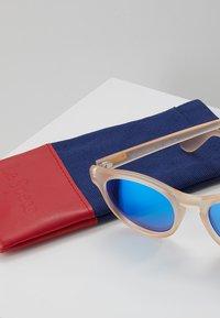Le Specs - HEY MACARENA - Sunglasses - raw sugar/neon pink - 3