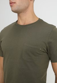 Jack & Jones - JJEPOCKET TEE SS O-NECK - T-Shirt basic - olive night - 4
