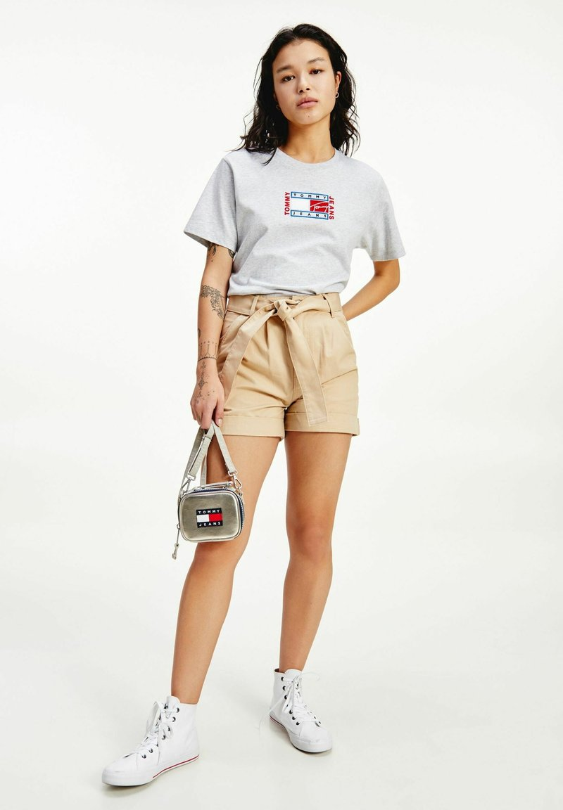 Tommy Jeans - TJW MOM BELTED  - Szorty - beige