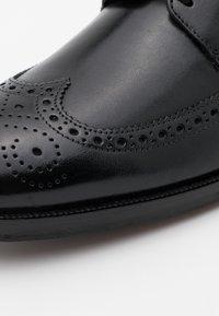 Clarks - OLIVER WING - Klassiset nauhakengät - black - 5