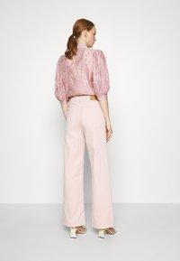 JUST FEMALE - SOLVIG - Jeans a zampa - sepia rose - 2