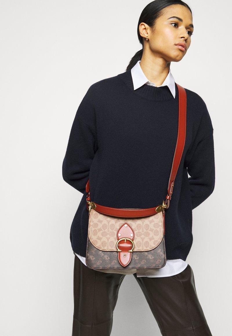 Coach - SIGNATURE CARRIAGE BEAT SHOULDER BAG - Handbag - tan/brown/rust