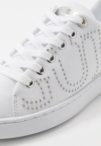 Guess - RAZZ - Sneakers laag - white - 2