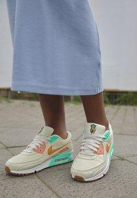 Nike Sportswear - AIR MAX 90 - Sneakers laag - coconut milk/mtallic gold/green glow/light bone/apricot agate/lime glow - 2