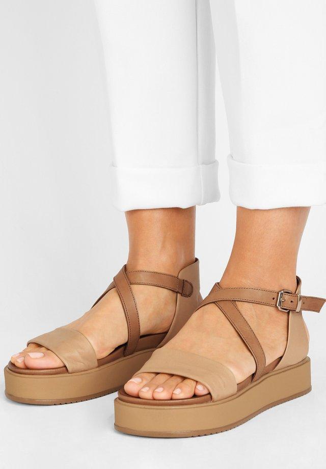 Sandały na platformie - scissors scs