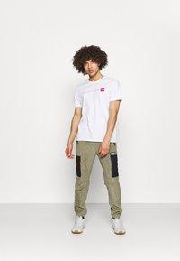 Columbia - FIELD ROC™ BACKBOWL™ PANT - Teplákové kalhoty - stone green/black - 1