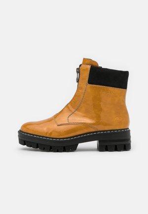 Kotníkové boty na platformě - gelb
