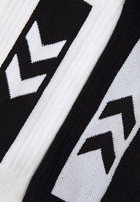 Hummel - LEGACY CHEVRON SOCKS MIX 4 PACK UNISEX - Sports socks - white/black - 1