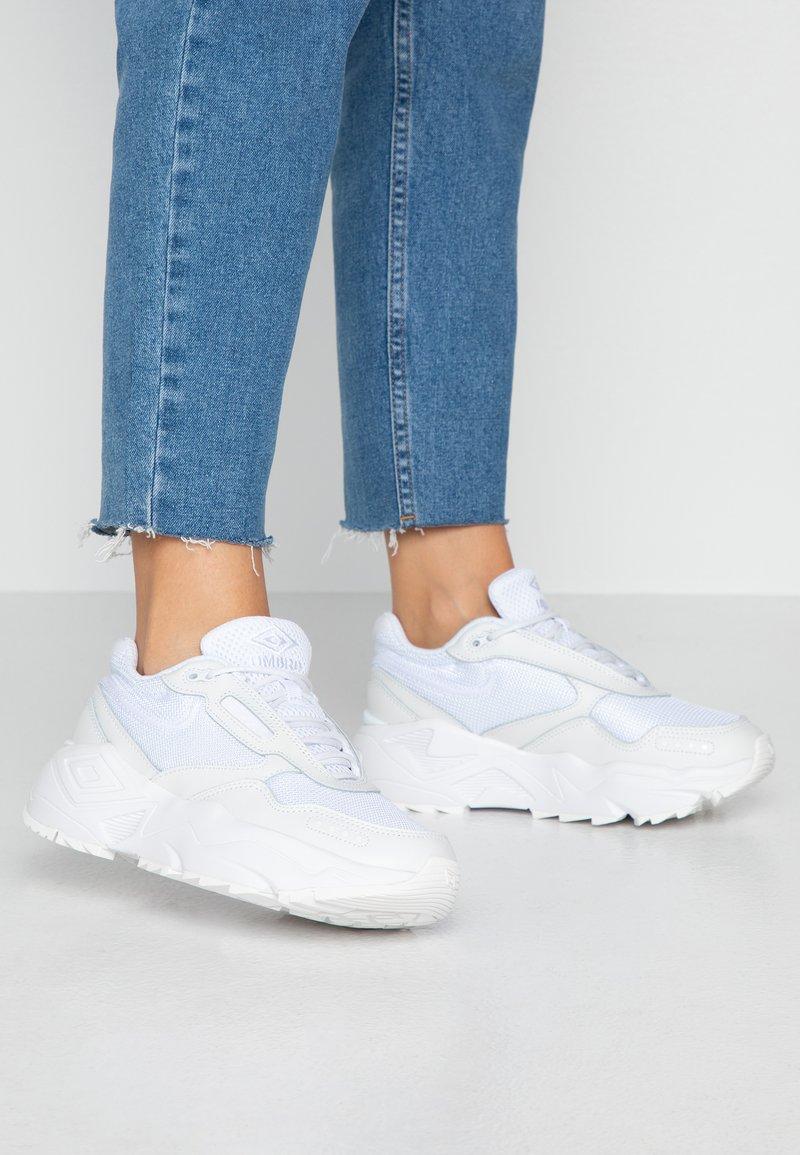Umbro Projects - PHOENIX  - Sneakersy niskie - white