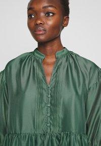 DESIGNERS REMIX - ENOLA RUFFLE DRESS - Vestido de cóctel - dusty green - 3