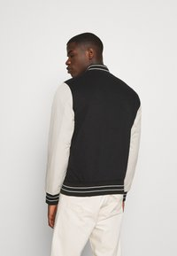 Hollister Co. - TREND DROP VARSITY - Zip-up sweatshirt - black - 2