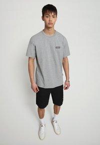 Napapijri - S-PATCH SS - T-shirt - bas - medium grey melange - 1