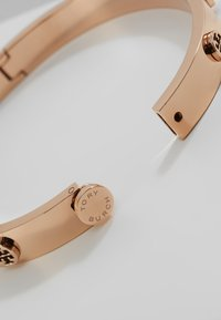 Tory Burch - LOGO STUD HINGE BRACELET - Náramek - rose gold-coloured