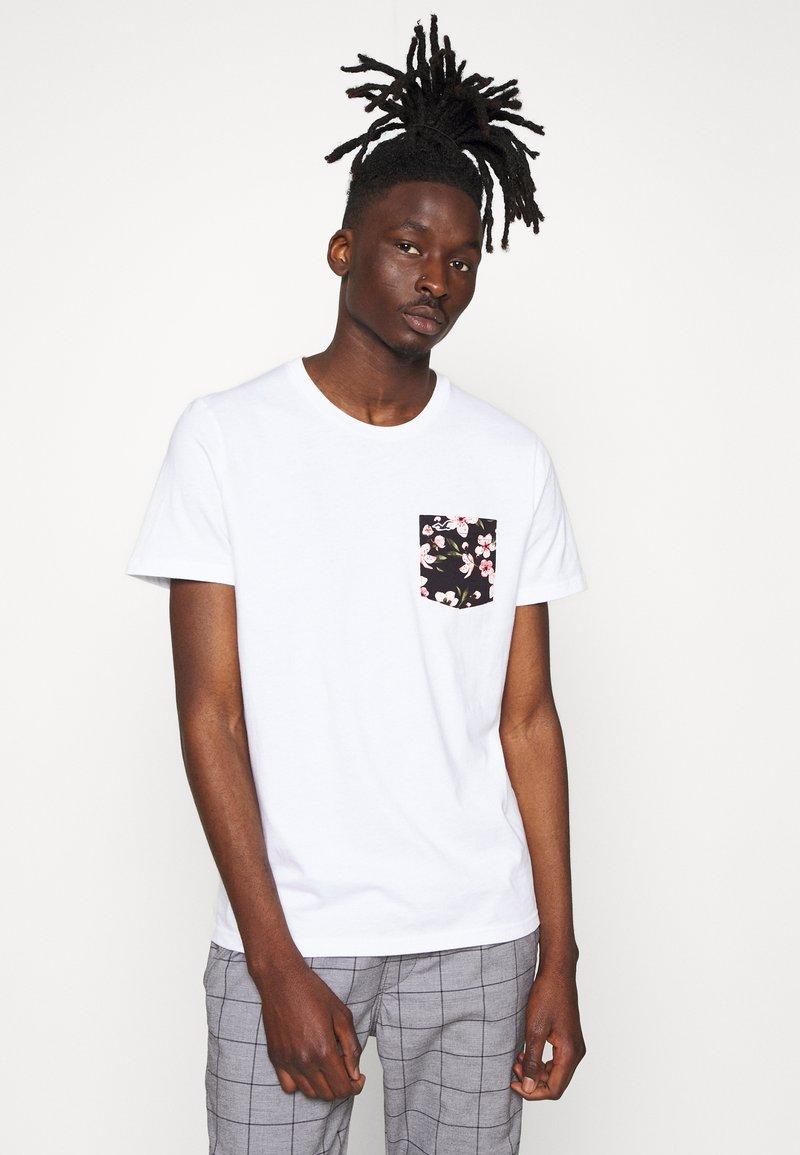Hollister Co. - FLORAL POCKET ASIA  - Print T-shirt - white