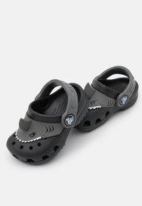 Crocs - CLASSIC I AM SHARK - Klapki - black - 5