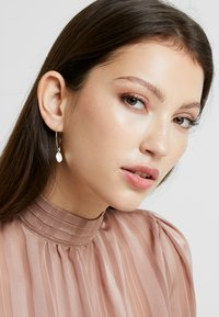 Pilgrim - EARRINGS VERDANDI - Earrings - silver-coloured - 1