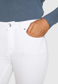 ONLY - ONLSHAPE LIFE STAY - Jeans Skinny Fit - white - 4