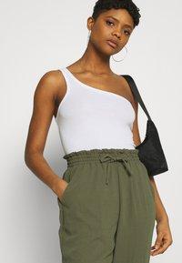 Vero Moda - VMKENDRAKARINA PANT - Trousers - ivy green - 3