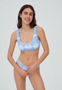 PULL&BEAR - MIT STREIFEN UND TEXTUR - Bikini top - light blue - 0