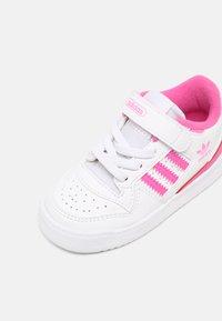 adidas Originals - FORUM UNISEX - Sneakers basse - white/screaming pink - 6