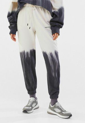 MIT FARBLICH ABGESETZTEM TIE DYE PRINT - Pantalon de survêtement - black