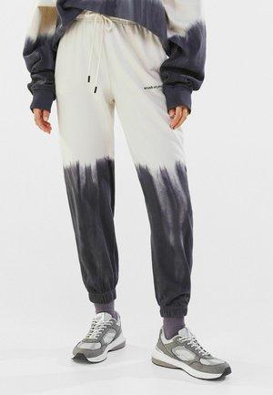 MIT FARBLICH ABGESETZTEM TIE DYE PRINT - Teplákové kalhoty - black