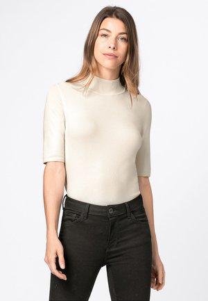MET HALVE MOUWEN EN OPSTAAND KRAAGJE - Basic T-shirt - crème