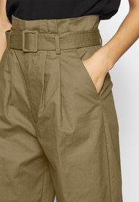 Lost Ink Petite - BELTED PLEAT WAIST PEG TROUSER - Trousers - khaki - 4