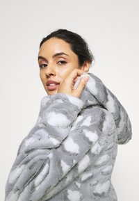 Loungeable - CLOUD SHERPA HOODED ROBE - Dressing gown - grey - 3