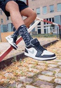 Jordan - AIR 1 - Baskets basses - black/particle grey-white - 2