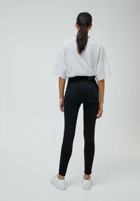 PULL&BEAR - MIT HOHEM BUND - Jeans Skinny Fit - mottled black - 2