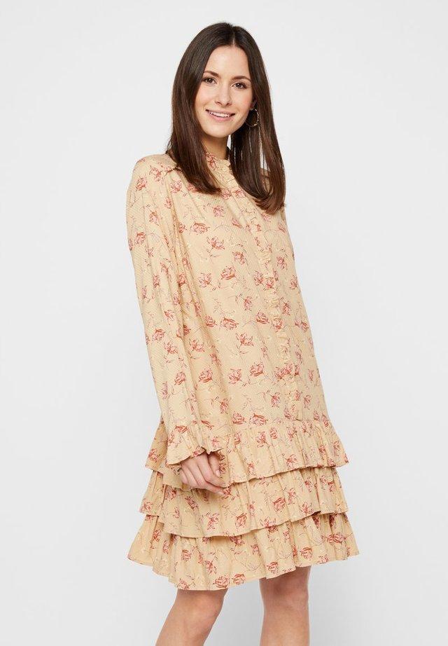 MINIKLEID MIT STUFEN BLUMENPRINT - Sukienka koszulowa - warm sand