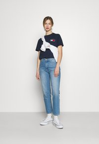 Tommy Jeans - HORIZONTAL STRIPE TEE - T-shirts med print - twilight navy - 1