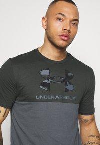 Under Armour - CAMO BIG LOGO  - Print T-shirt - baroque green - 3