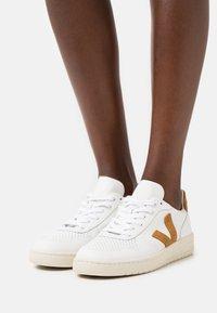 Veja - V-10 - Sneakers laag - extra white/camel - 0