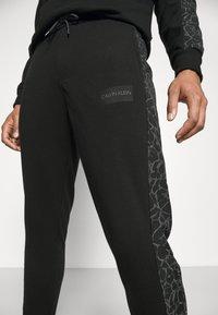 Calvin Klein - REFLECTIVE PRINT - Pantaloni sportivi - black - 4