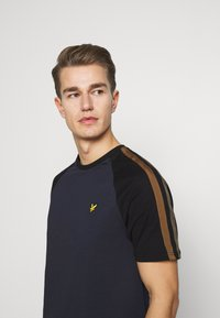 Lyle & Scott - COLOUR BLOCK - T-shirt - bas - dark navy - 3