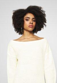 Missguided Petite - OFF THE SHOLDER DRESS - Pletené šaty - winter white - 4