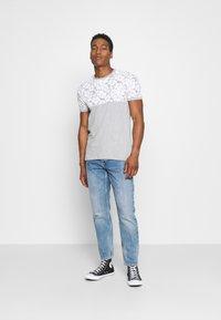Brave Soul - PEARL - Print T-shirt - grey marl/white - 1